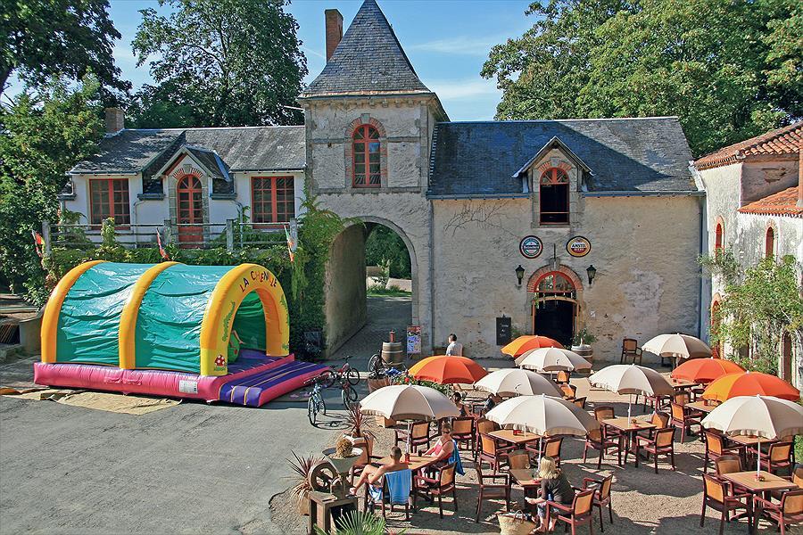 Camping Yelloh! Village Château La Forêt in Saint-Julien-des-Landes is een kindvriendelijke camping in Frankrijk